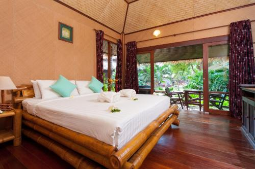 A bed or beds in a room at Palm Leaf Resort Koh Tao