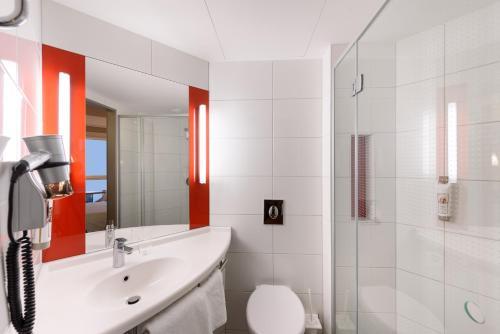 A bathroom at Ibis Leipzig City