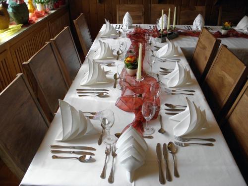 Ein Restaurant oder anderes Speiselokal in der Unterkunft Alb Hotel Schalksburg