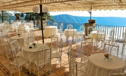 A restaurant or other place to eat at Villa Del Cardinale