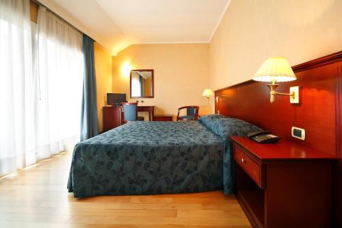 Un pat sau paturi într-o cameră la Hotel Terminal