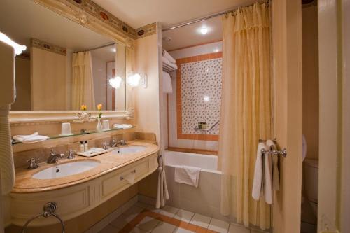 A bathroom at Disneyland® Hotel