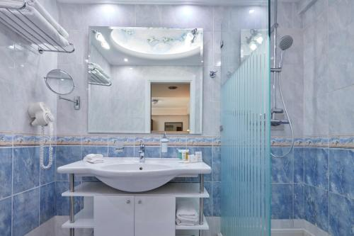 A bathroom at Ava Hotel and Suites