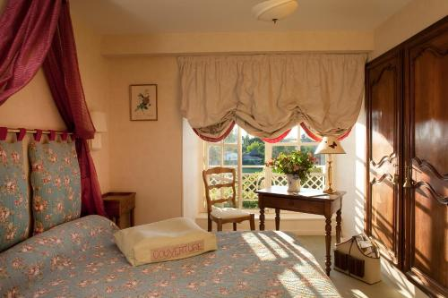 A bed or beds in a room at Chateau Colbert