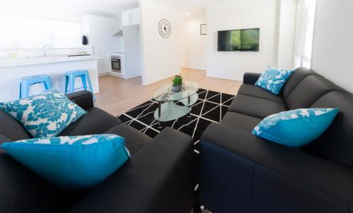 A seating area at Modern Home away from Home