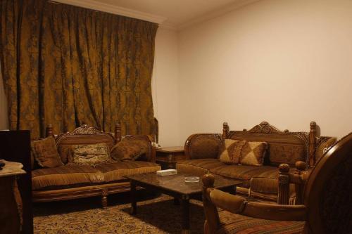 Uma área de estar em Royal El Naser Hotel