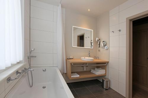 Een badkamer bij Ambassador Hotel