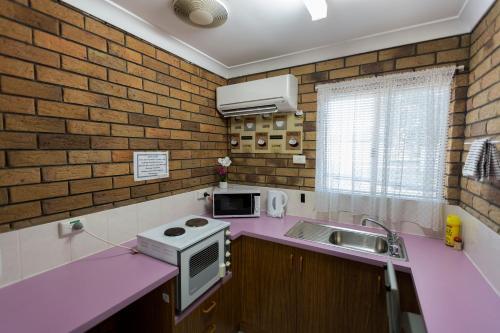 A kitchen or kitchenette at Park House Motor Inn