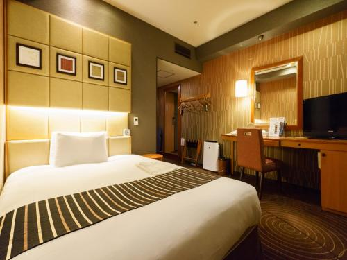 A bed or beds in a room at Sotetsu Fresa Inn Higashi Shinjuku