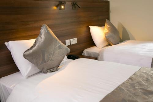 A bed or beds in a room at Manor Parc Hotel