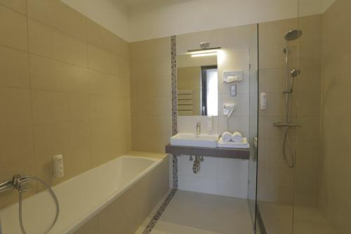 A bathroom at Duna Wellness Hotel