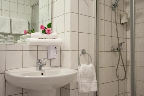 A bathroom at astral'Inn Leipzig Hotel & Restaurant