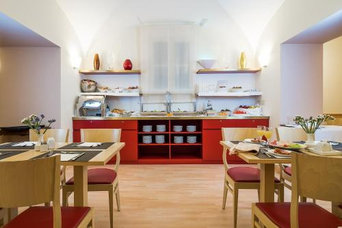 A restaurant or other place to eat at Hotel Garibaldi