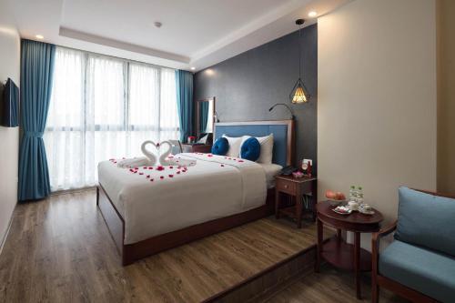 Giường trong phòng chung tại Holiday Emerald Hotel