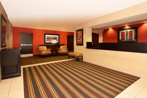 The lobby or reception area at Extended Stay America Suites - Orlando - Convention Ctr - Sports Complex