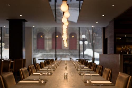 A restaurant or other place to eat at Hotel PUR, Quebec, a Tribute Portfolio Hotel