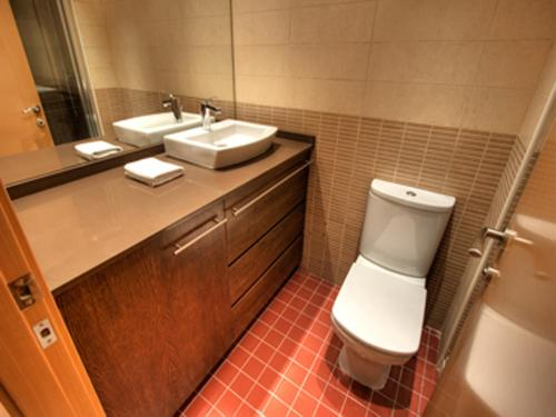 A bathroom at Tamarit Apartments