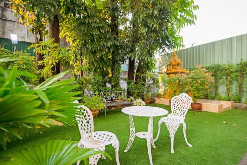 A garden outside Le Hua Hotel