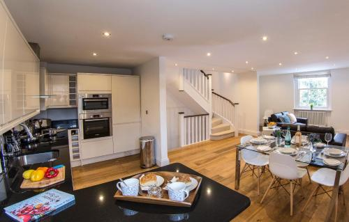 A restaurant or other place to eat at Finchley Central Luxury 2/3 bed triplex loft style apartment