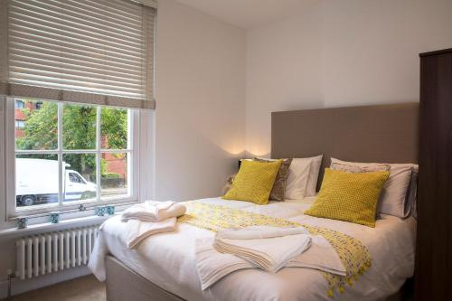 A bed or beds in a room at Finchley Central Luxury 2/3 bed triplex loft style apartment