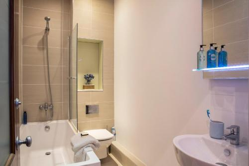 A bathroom at Finchley Central Luxury 2/3 bed triplex loft style apartment