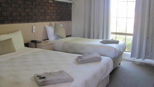 A bed or beds in a room at Bristol Hill Motor Inn & Peppa's Licensed Restaurant