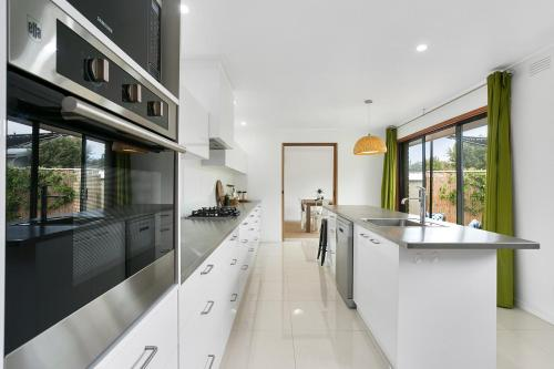 A kitchen or kitchenette at Fairhills - beautifully styled