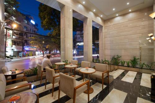 A restaurant or other place to eat at Silk Path Hanoi Hotel