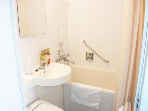 A bathroom at HOTEL MYSTAYS Ochanomizu Conference Center