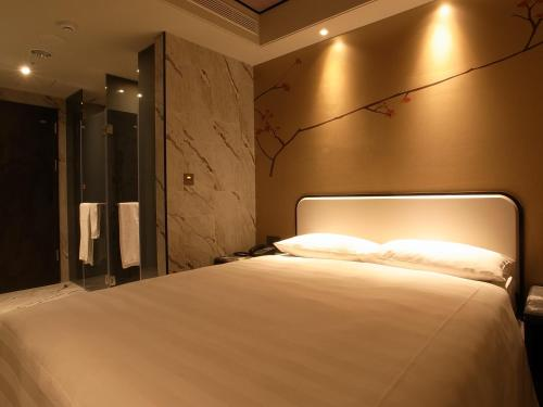 A bed or beds in a room at Hotel Midtown Richardson - Kaohsiung Bo'ai