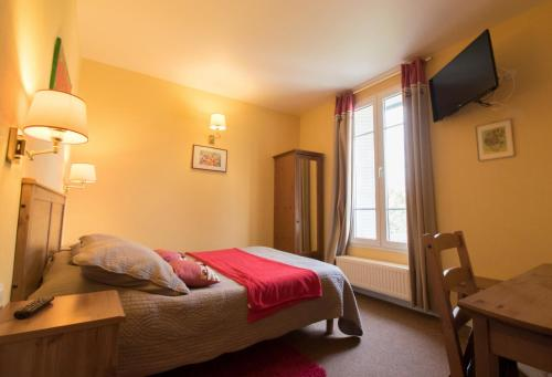A bed or beds in a room at Au Bord du Lac