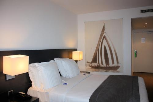 A bed or beds in a room at Newhotel of Marseille - Vieux Port