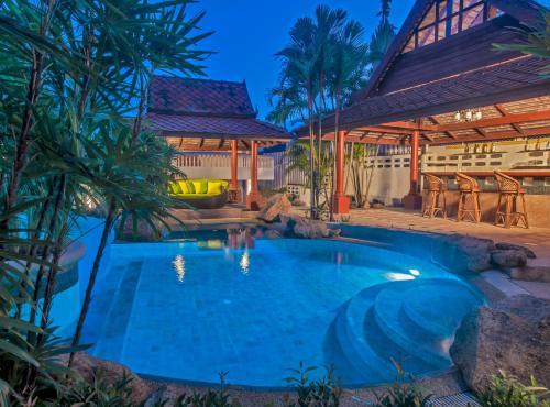 Der Swimmingpool an oder in der Nähe von Samui Little Garden Resort