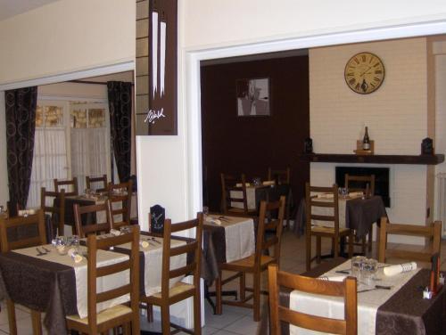 Restaurant ou autre lieu de restauration dans l'établissement La Tour de Crecy