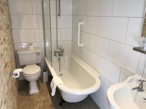 A bathroom at Queenswood Hotel