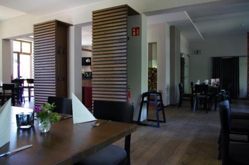 Ein Restaurant oder anderes Speiselokal in der Unterkunft Forsthaus Sommerswalde
