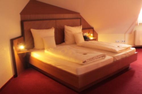 Кровать или кровати в номере Hotel Blauer Wolf