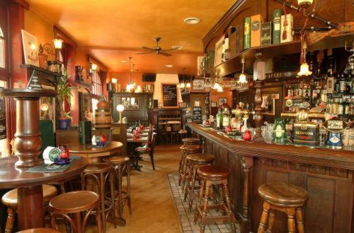 De lounge of bar bij The Pipers