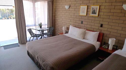 Кровать или кровати в номере Rippleside Park Motor Inn