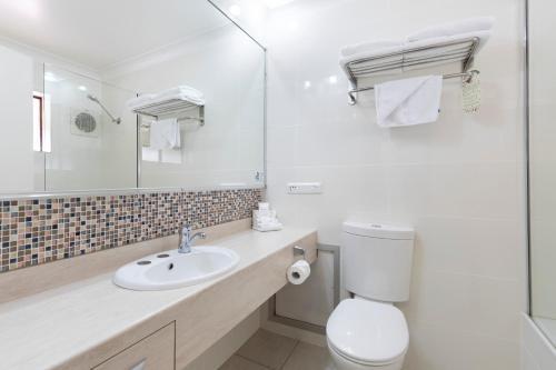 A bathroom at Beenleigh Yatala Motor Inn