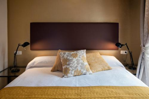 A bed or beds in a room at Singular Peral