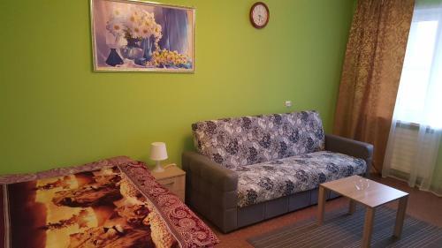 A seating area at Apartment GrInn 45 on Kommunalnaya