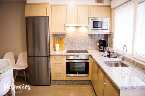 Una cocina o zona de cocina en Pelamios House