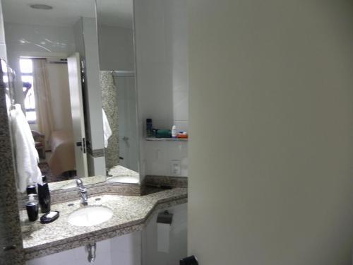 Um banheiro em FLAT COMPLETO - FRENTE AO MAR