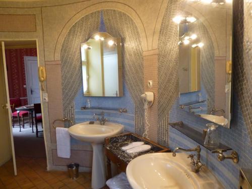 A bathroom at Chateau de Chissay