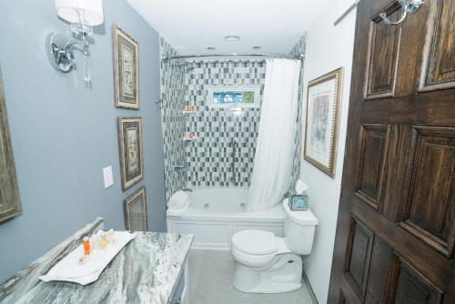 A bathroom at South Bridge Bed and Breakfast