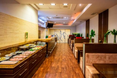 A restaurant or other place to eat at Hotel Murowanica