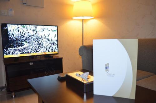 Uma TV ou centro de entretenimento em Semac Apartment Hotel
