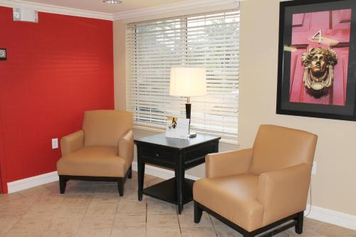 A seating area at Extended Stay America Suites - Las Vegas - Midtown