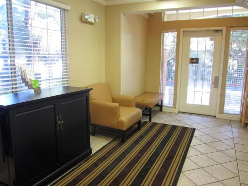 A seating area at Extended Stay America - Los Angeles - LAX Airport - El Segundo